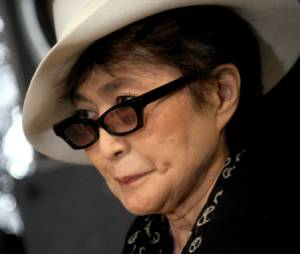 Les lunettes ensanglantées publiées sur le compte Twitter de Yoko Ono