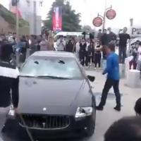 Un Chinois démolit sa Maserati en pleine rue pour passer sa colère
