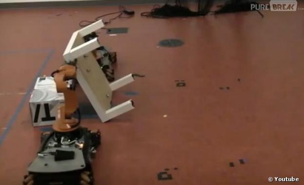 deux robots montent un meuble ikea sans l 39 aide de l 39 homme. Black Bedroom Furniture Sets. Home Design Ideas
