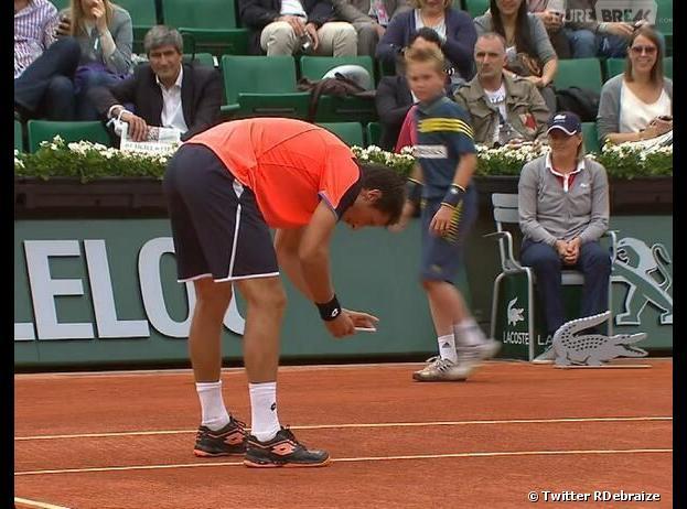 Sergiy Stakhovsky immortalise l'empreinte de sa balle sur le court à Roland Garros 2013