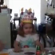 Une petite fille souffle ses bougies et demande... des gros seins