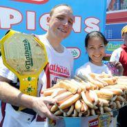 Record du monde : un Américain avale 69 hot-dogs en 10 minutes