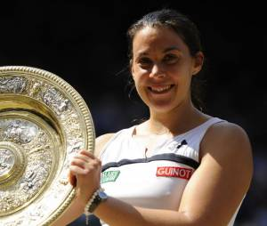 Marion Bartoli avec son trophée de Wimbledon 2013, samedi 6 juillet