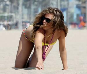 AnnaLynne McCord : à quatre pattes à la plage le lundi 15 juillet 2013