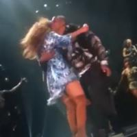 Beyoncé : Jay-Z débarque sur scène et lui vole un bisou