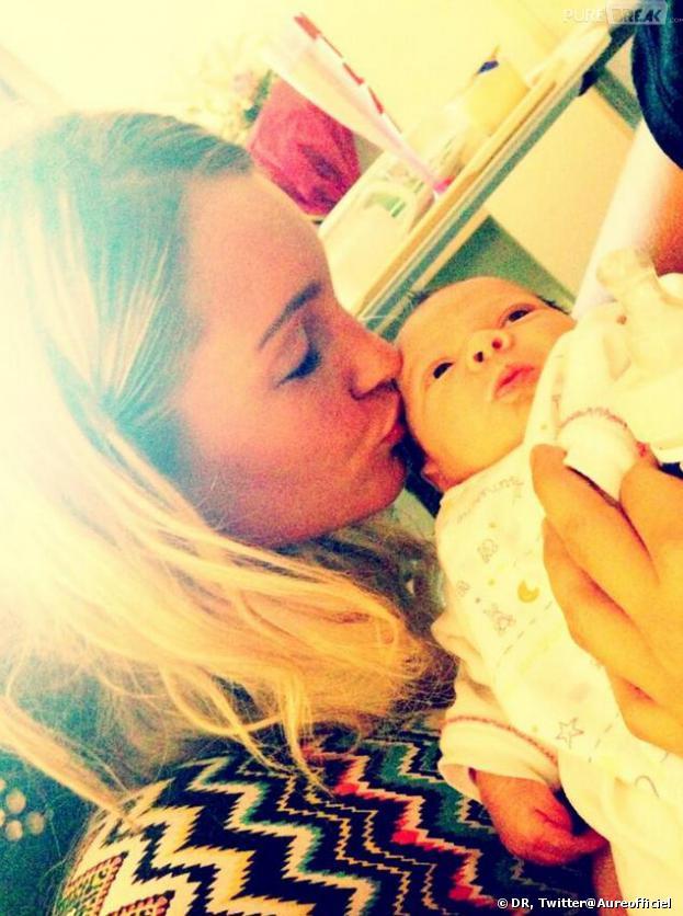 Les Anges de la télé-réalité 5 : Aurélie pose avec un bébé... en attendant le sien ?