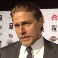 Fifty Shades of Grey : Charlie Hunnam soutenu par sa petite-amie