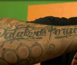 Seth Gueko, en showcase à Paris le 2 octobre 2013, dévoile ses tatouages