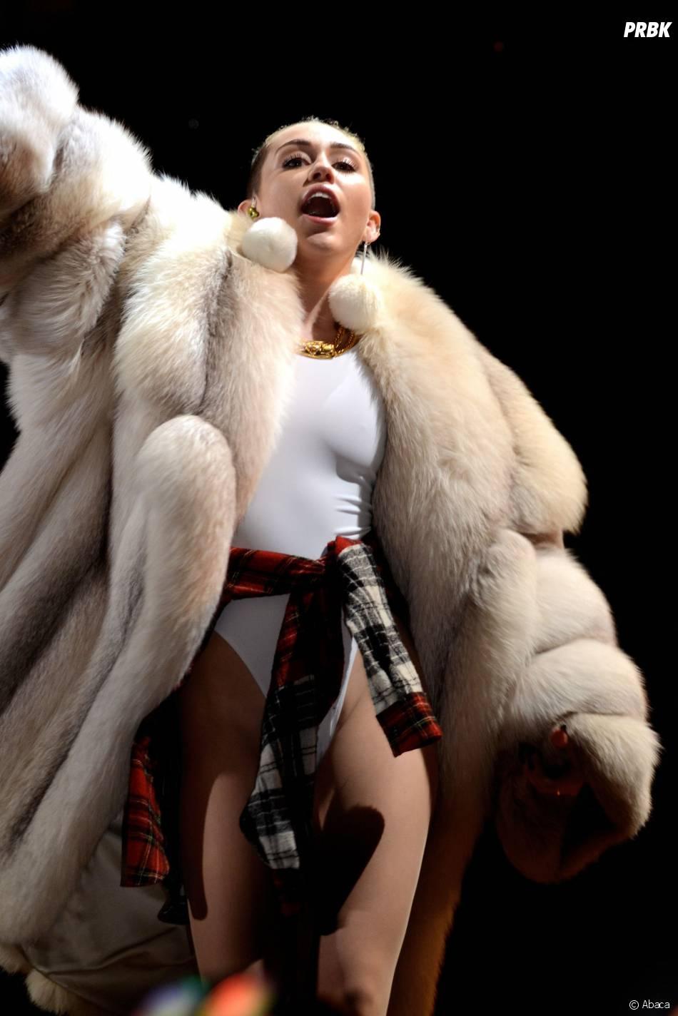 Miley Cyrus en fourrure au Jingle Ball de Miami le 21 décembre 2013