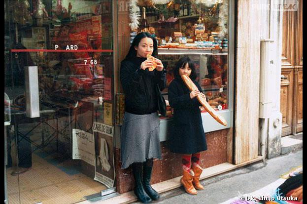 Une photographe s'incruste sur ses photos d'enfance