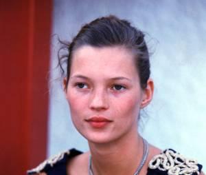 Kate Moss : elle commence le mannequint en 1990 (ici en backstage d'un défilé au début des 90's)