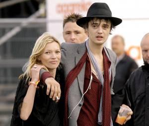 Kate Moss et Pete Doherty en 2005 au Festival de Glastonburry