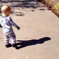 [VIDÉO] Quand un bébé découvre son ombre pour la première fois, c'est culte