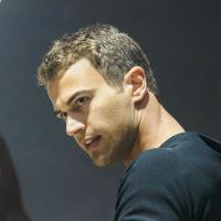 Divergente : Theo James, le nouveau Robert Pattinson ?