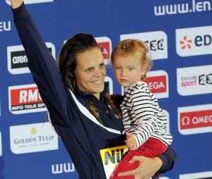 Laure Manaudou et sa fille Manon, le 24 novembre 2012 aux Championnats de natation à Chartres