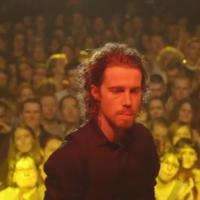 Julien Doré : du LØVE, de l'or et de la sueur en concert pour Alcaline
