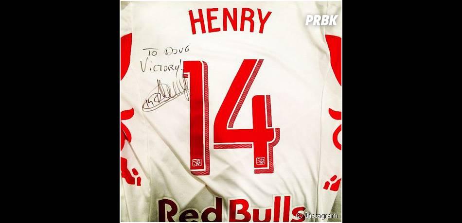 Thierry Henry : un maillot dédicacé sur le tournage d'Entourage, le 1er avril 2014 à L.A