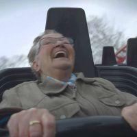 [VIDÉO] Une grand-mère teste les montagnes russes : sa réaction est géniale