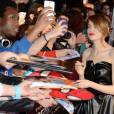 The Amazing Spider-Man 2 : Emma Stone signe des autographes à l'avant-première du film à Paris le 11 avril 2014