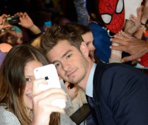 The Amazing Spider-Man 2 : Andrew Garfield pose avec une fan à l'avant-première du film à Paris le 11 avril 2014