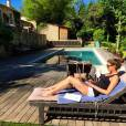Laury Thilleman, instant boulot et bronzette au bord de sa piscine