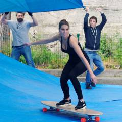 Laury Thilleman fait du surf... dans les rues de Paris