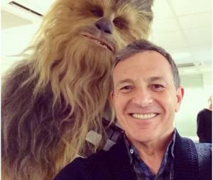 Chewbacca et Bob Iger, le patron de Disney, réunis pour un selfie