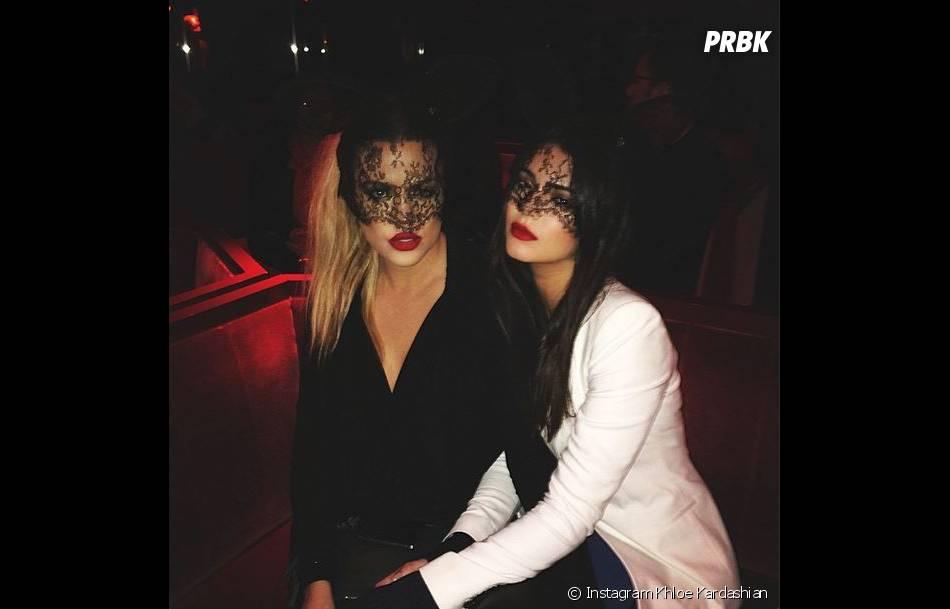 Kendall Jenner et Khloe Kardashian sexy avec leur masque en dentelles