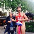 Christophe Beaugrand nu sur les Champs Elysées pour les 200 000 abonnés Facebook de Virgin Tonic, le 28 mai 2014