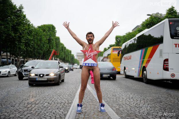 Christophe Beaugrand nu sur les Champs Elysées