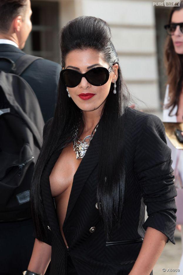Ayem Nour dévoile ses seins lors du défilé Versace pour la Fashion Week, le 6 juillet 2014