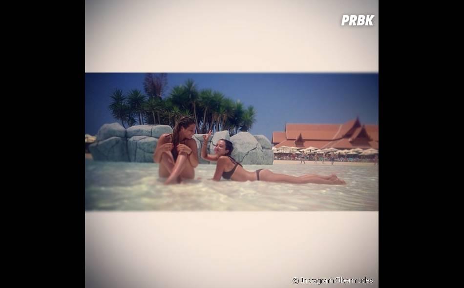 Secret Story 7 : Clara Bermudes et Emilie en bikini dans une piscine