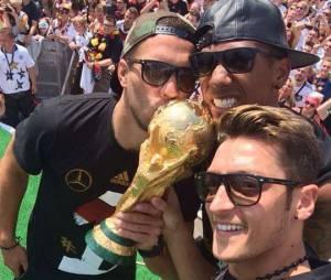 Mesut Özil savoure son titre de Champion du Monde 2014