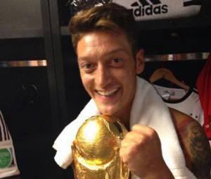 Mesut Özil avec la Coupe du Monde de l'édition 2014