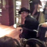 Justin Bieber en fauteuil roulant... pour éviter les queues à Disneyland ?