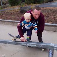 Un père fait du skate avec son bébé d'à peine 1 an : le Tony Hawk du bac à sable