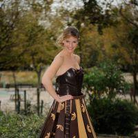 Louise Ekland (100% Mag) : mannequin souriante dans une robe en chocolat