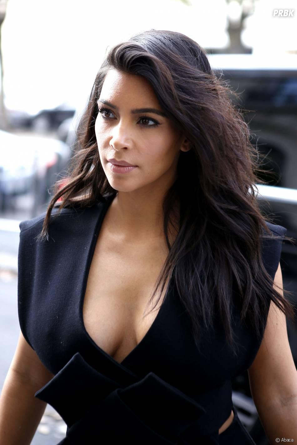 Kim Kardashian décolletée devant son hôtel à Paris, le 28 septembre 2014