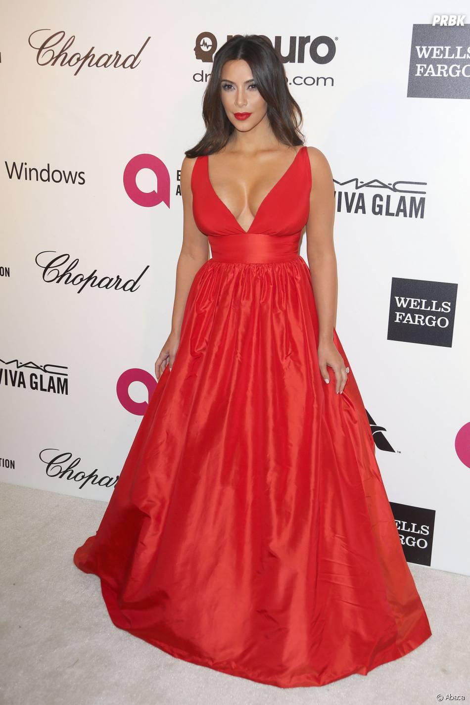 Kim Kardashian exhibe ses seins dans une robe glamour, le 2 mars 2014 à Los Angeles