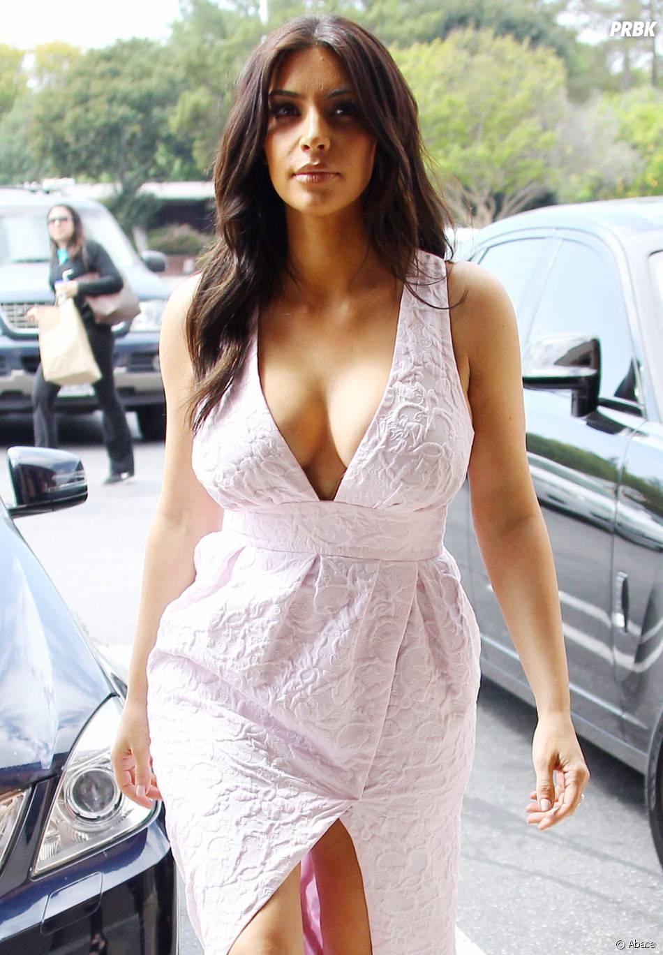 Kim Kardashian : robe très décolletée pour une séance shopping, le 21 mars 2014 à Los Angeles