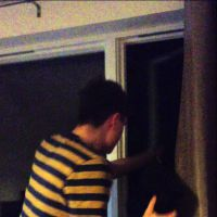 Enragé et mauvais joueur, il balance sa console par la fenêtre