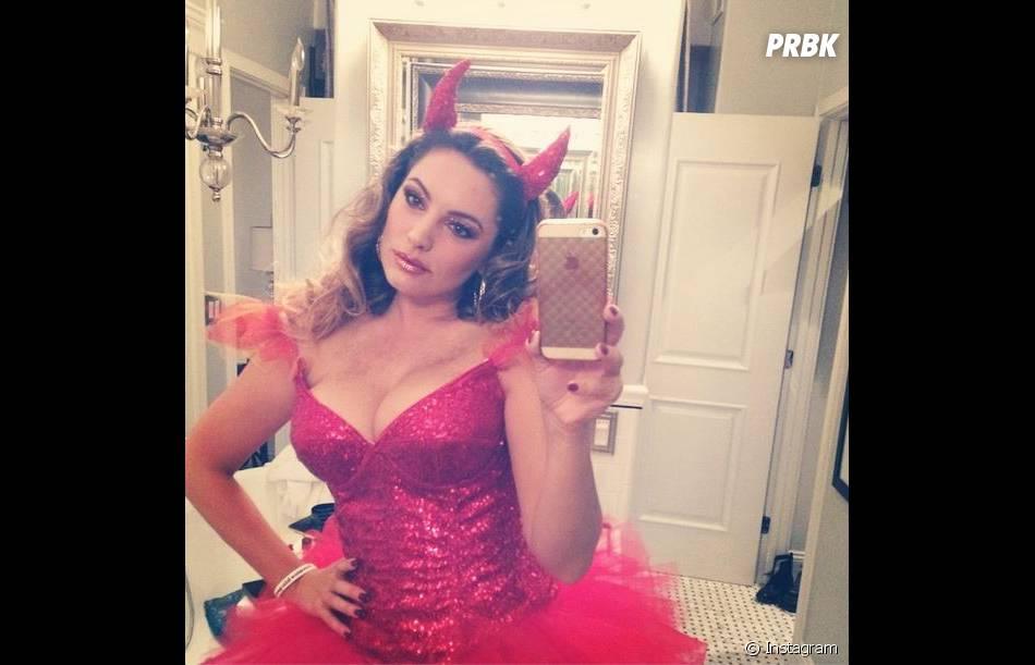 Kelly Brook a fait péter LE décolleté pour Halloween 2014