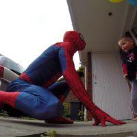 Spiderpapa: il se déguise pour faire une surprise à son fils atteint d'un cancer