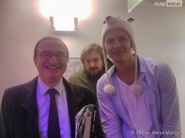 Hervé Mariton et Jerome Jarre prennent la pose dans les coulisses du Grand Journal, le 17 novembre 2014