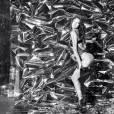 Irina Shayk offre un strip-tease pour le calendrier de l'Avent de LOVE