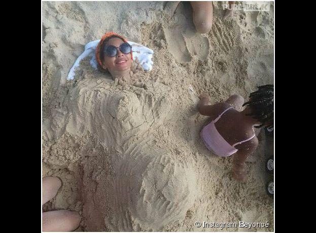Beyoncé enceinte ? Un baby bump dans le sable, le 11 janvier 2015 sur Instagram