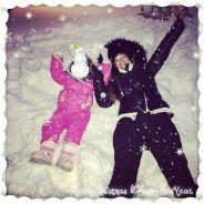Emilie Nef Naf et sa fille complices pendant des vacances à la neige