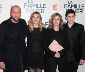 François Damiens avec Louane, Karine Viard et Luca Gelberg du casting de La Famille Bélier