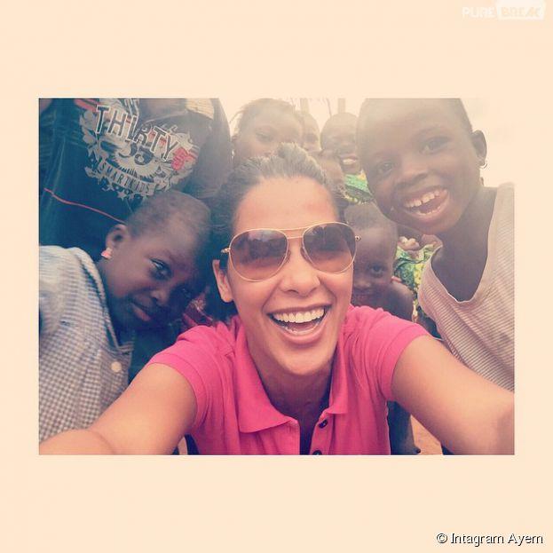 Ayem souriante avec des enfants orphelins du Bénin, le 19 mars 2015 sur Instagram