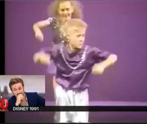 Ryan Gosling gêné devant des images de ses débuts enfant au Club Mickey, au JT de 20h de France 2, le 5 avril 2015